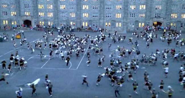 Askeri okuldaki yastık savaşında 30 yaralı