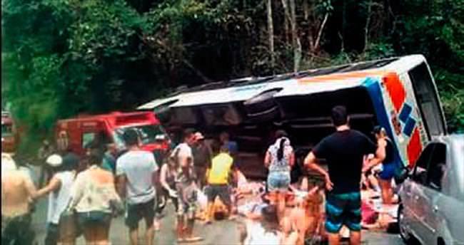 Turist otobüsü 50  metre uçtu: 15 ölü