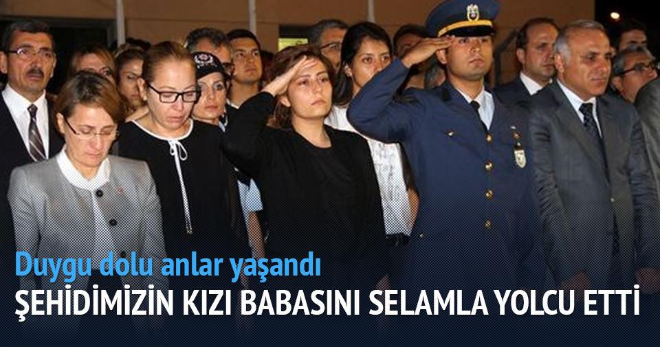 Şehit polis Kadir Özkara'nın kızı babasını selamla yolcu etti