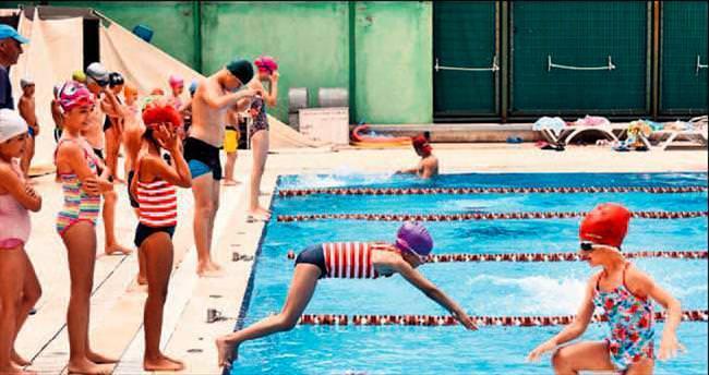 Binlerce öğrenci yüzme öğrendi