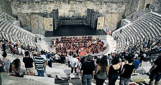 Aspendos'tan Hamlet geçti