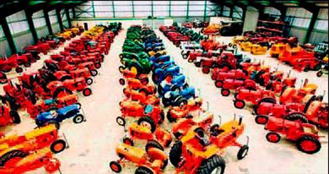 Traktör koleksiyonunu açık artırmada satıyor