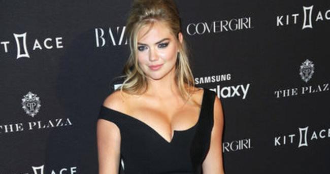 Kate Upton elbisesine sığamadı