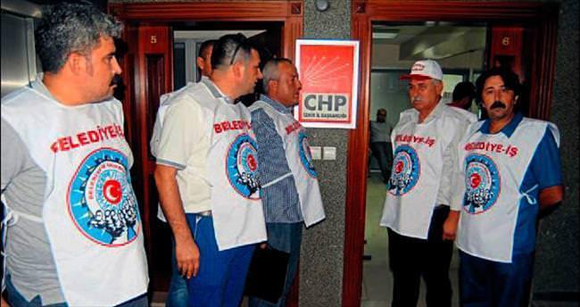 Bayraklılı işçiler, CHP il binasını işgal etti