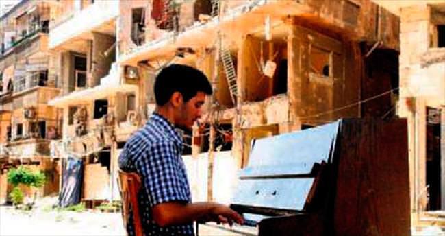 Yarmuk kampının piyanisti de göç etti