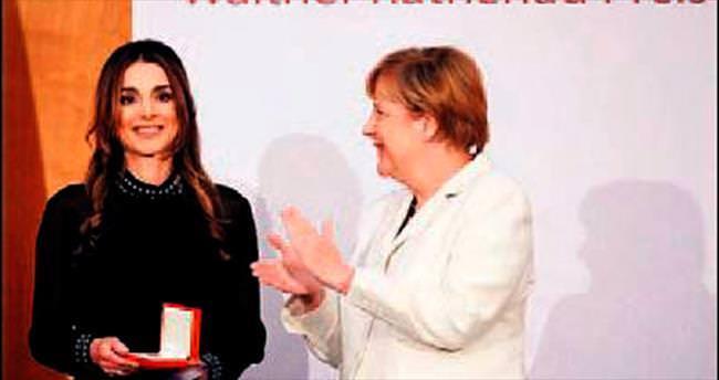 Angela Merkel'den kraliçeye ödül