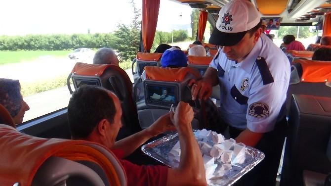 Polis, Sürücülere Ceza Yerine Gül Suyu Ve Lokum İkram Etti