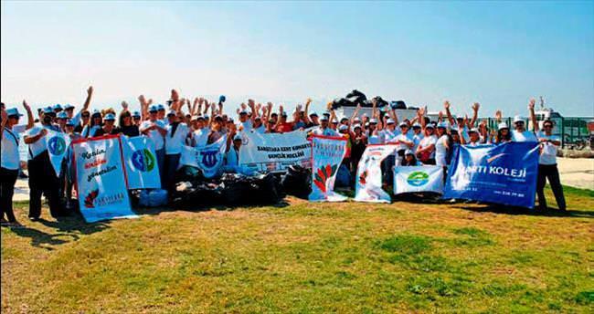 Martılı öğrenciler kıyıları temizledi
