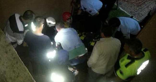 Şüpheliyi kovalayan polis merdiven boşluğuna düştü
