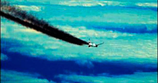 Dev uçağın egzozu patladı!