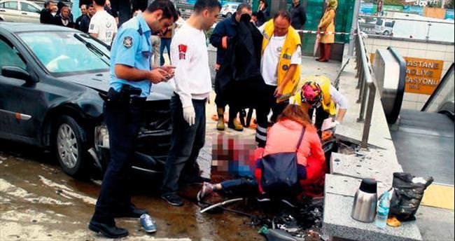 Otomobil, metro girişine daldı: 2 ölü