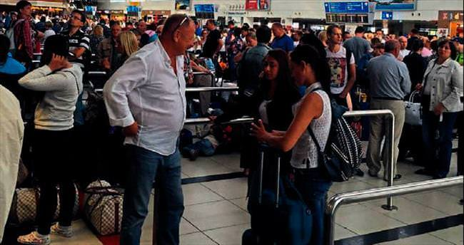Havayolunun iflas riski turistleri ortada bıraktı