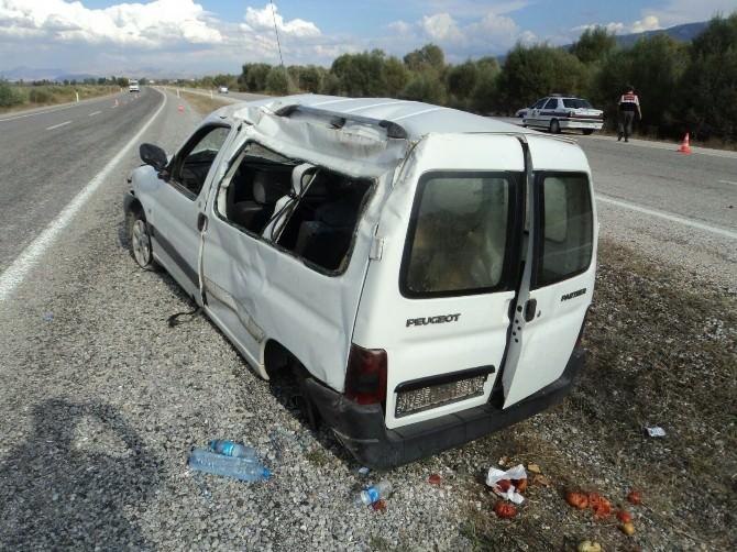 Beyşehir'de Hafif Ticari Araç Takla Attı: İki Yaralı