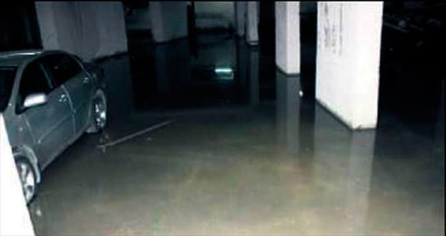 Termal tesisten sızan su otoparkı bastı
