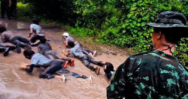 Öğrencilere çamurda sürünme cezası