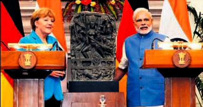 Merkel 'tanrıçayı' elleriyle teslim etti
