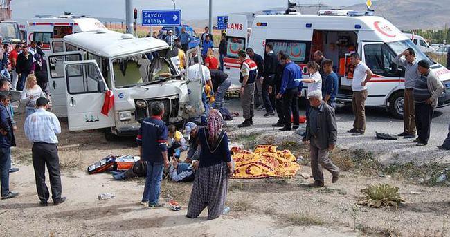 Minibüsle kamyon çarpıştı: 3 ölü
