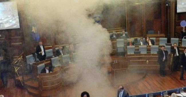 Vekiller meclise göz yaşartıcı gaz attı
