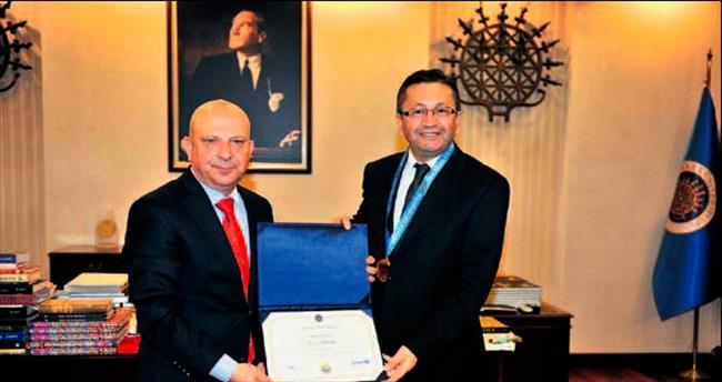 Başkan Tiryaki doktora diplomasını Rektör İbiş'ten aldı