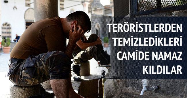 Teröristlerden temizledikleri camide namaz