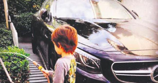 Cem Yılmaz'ın oğlu araba yıkadı