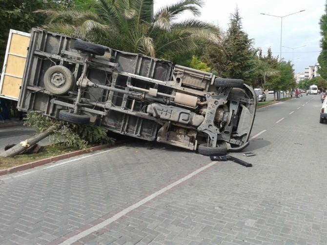 Akhisar'da Öğrenci Servisi Kaza Yaptı