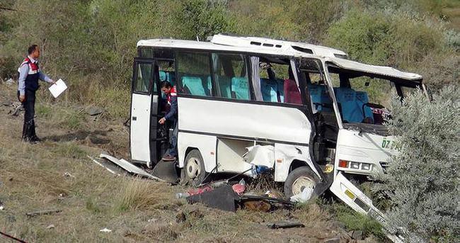Minibüs şarampole yuvarlandı: 2 ölü