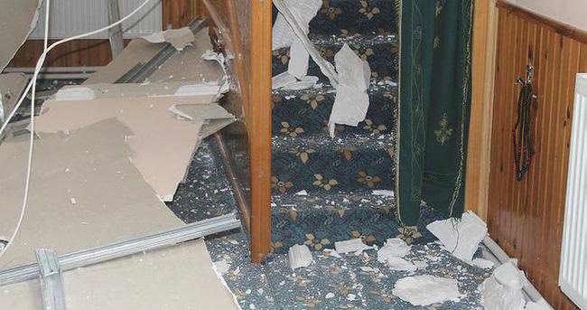 Cuma namazında caminin asma tavanı çöktü