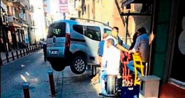 İzmir'de yer bariyeri aracı havaya kaldırdı