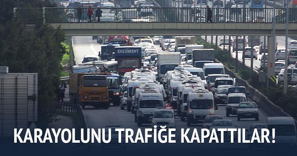 Servis şoförleri karayolunu kapattı