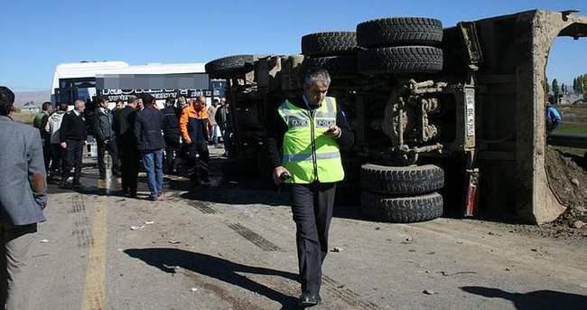 Yolcu servisi ile kamyon çarpıştı: 24 yaralı
