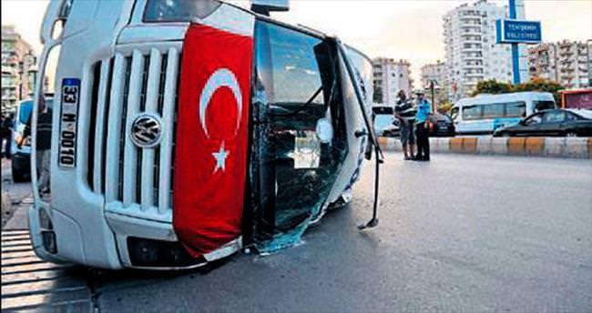 Minibüs yan yattı:12 yaralı
