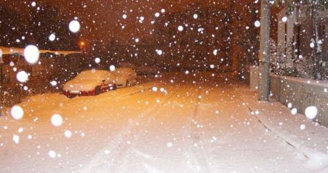 Erzurumlular güne lapa lapa karla uyandı