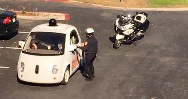 Google'ın sürücüsüz otomobili polis çevirmesine takıldı