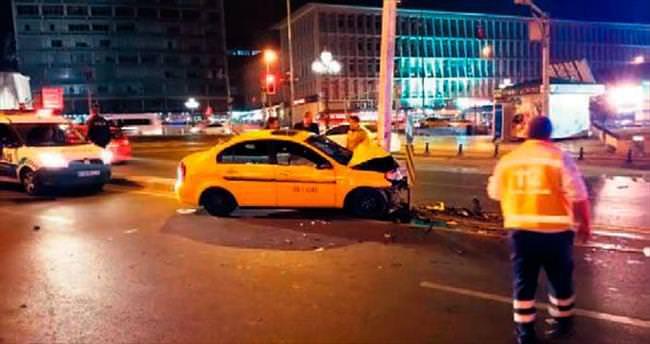 Taksi MOBESE direğine çarptı