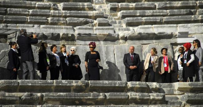 Liderlerin eşleri Aspendos'u gezdi