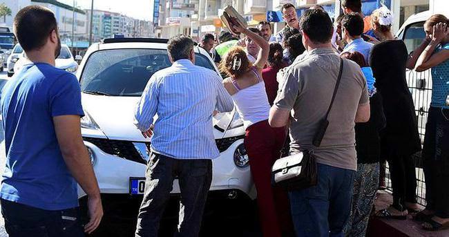 Akrabalarına çarpan sürücünün yakınını terlikle dövdüler