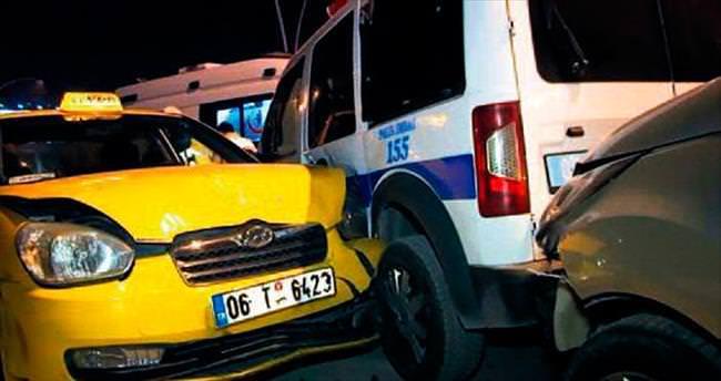 Kontrolden çıkan taksi polis memuruna çarptı