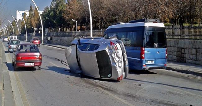 Kontrolden çıkan araç Meclis duvarına çarptı