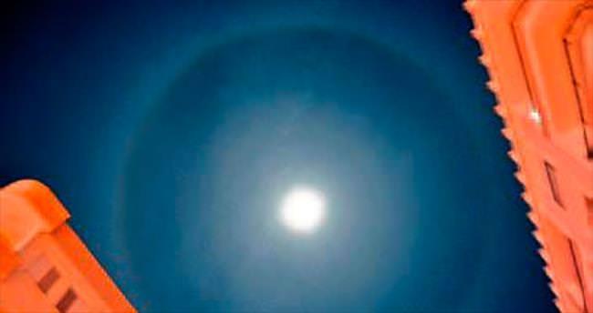 Ay'ın görüntüsü Satürn gibi oldu