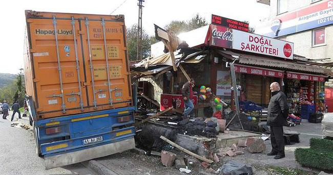 İstanbul'da TIR otobüs durağına daldı