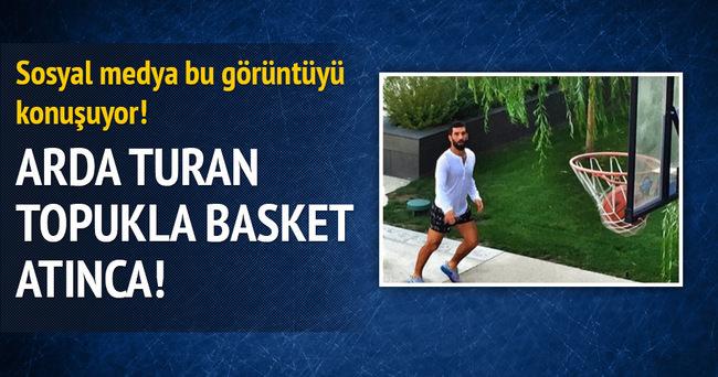 Arda Turan topukla basket attı