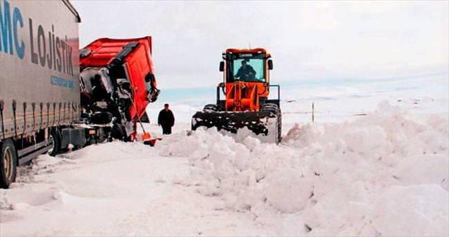 Ardahan'da kar yolları kapadı