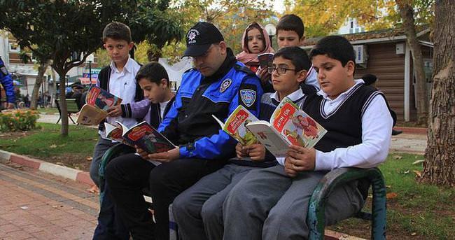 Polisler öğrencilerle kitap okudu
