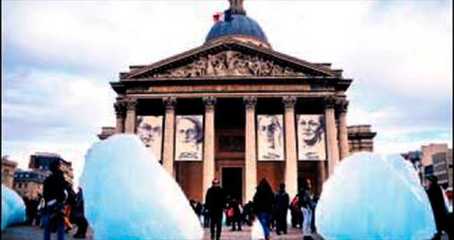 Grönland'ın buzu Paris'e geldi