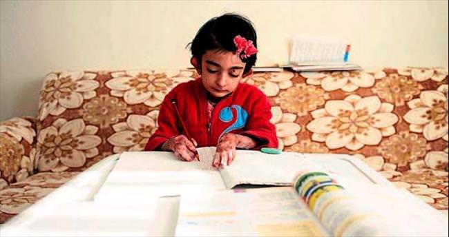 Kelebek çocuk Elfida kalem tutarak hayalini gerçekleştirdi
