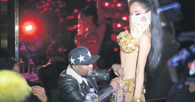 Floyd Mayweather dansözlere deste deste dolar taktı