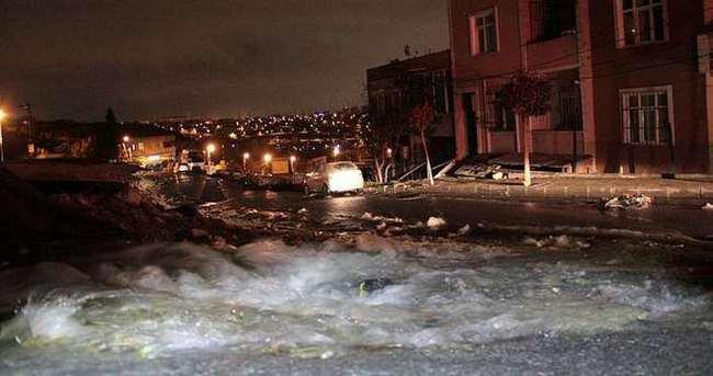 İSKİ borusu patladı, sokağı su bastı