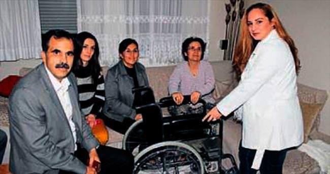 MS hastası kadına tekerlekli sandalye