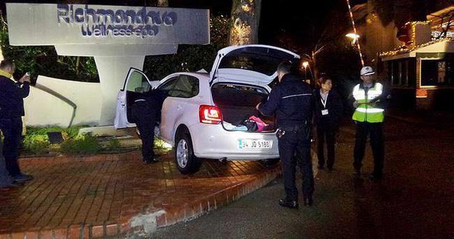 Otomobiliyle otel tabelasına çarpan kadın şoka girdi